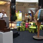 Ricardo Moraga presentando la exposición en Diagonal Mar