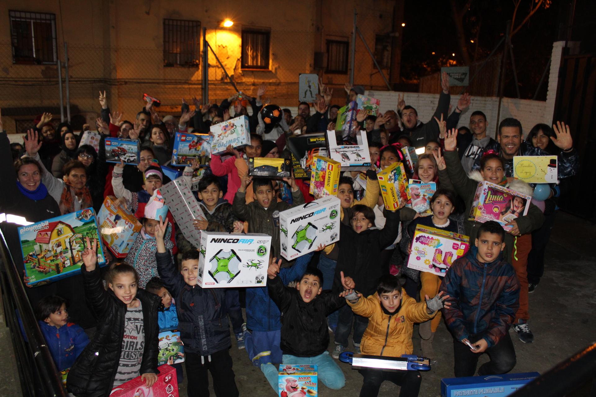 100 niños del Besòs reciben sus regalos de Reyes durante la 3ª edición de la campaña solidaria de Navidad